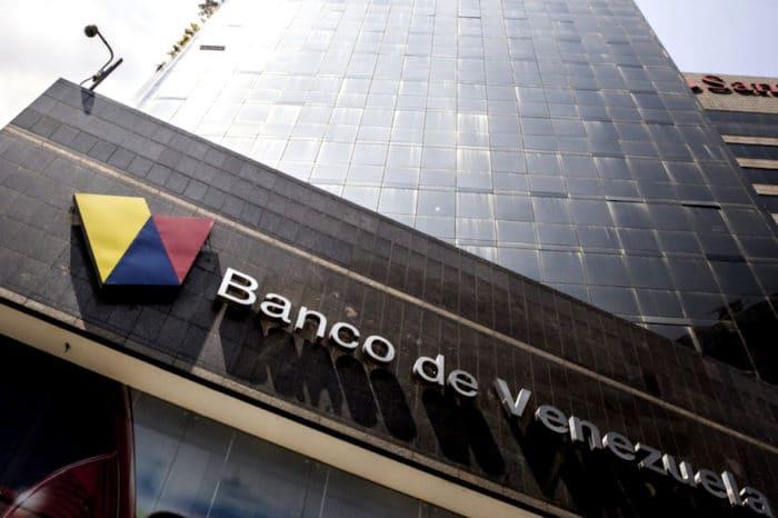 Banco chavista empieza a vender dólares a sus clientes