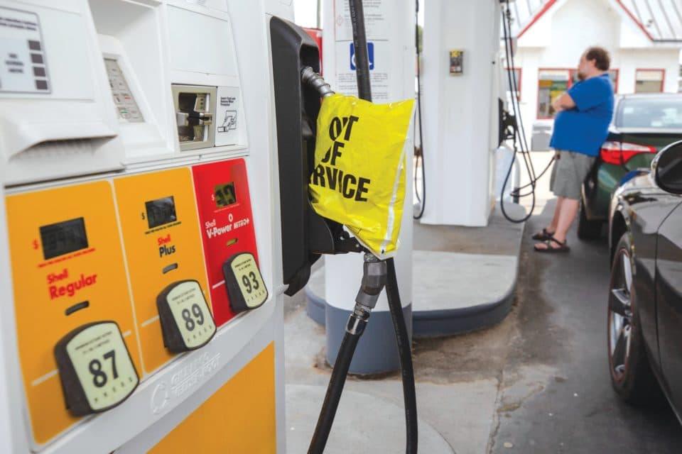 Escasez de gasolina en EEUU sigue a pesar de reinicio de oleoductos
